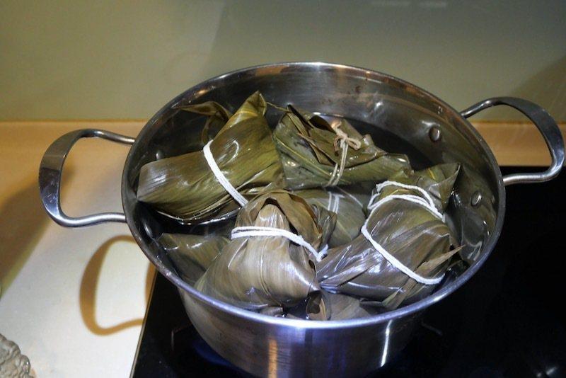 煮粽子的第一步驟: 瓦斯爐上放上一深鍋,放入包好的粽子,加水蓋過,冷水煮開後關小火煮15分鐘。