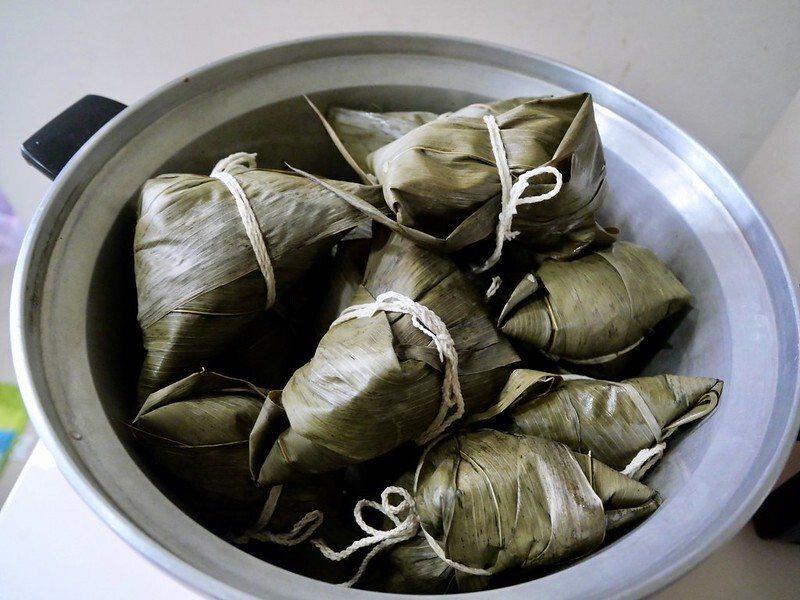 煮粽子步驟2.從瓦斯爐上深鍋,取出粽子後直接放入電鍋,加冷開水到電鍋的八分滿,煮到開關鍵跳出。