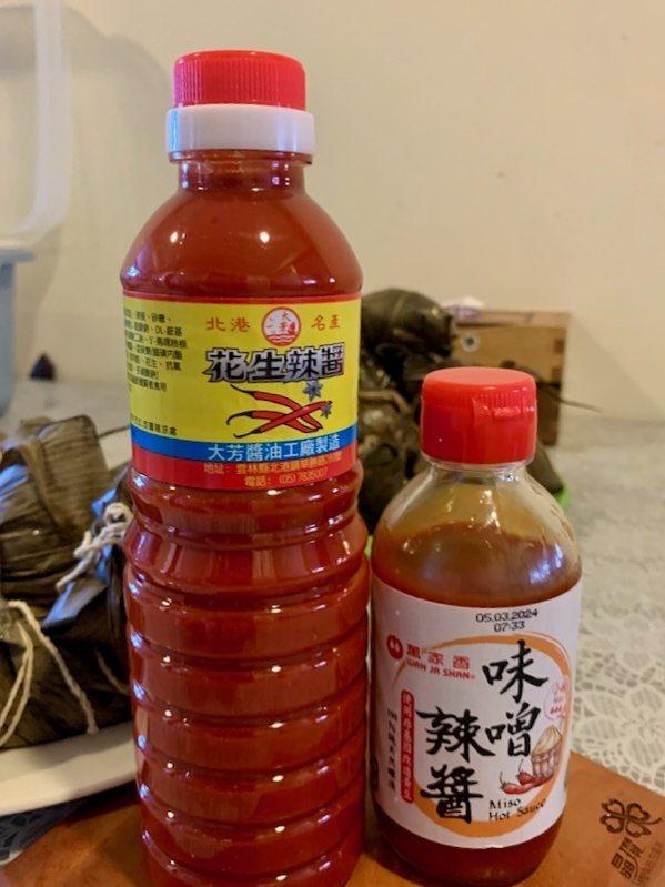 搭配適合的市售沾醬,是可以讓粽子加分的好吃,「北港花生辣醬」和「萬家香味噌辣醬」。