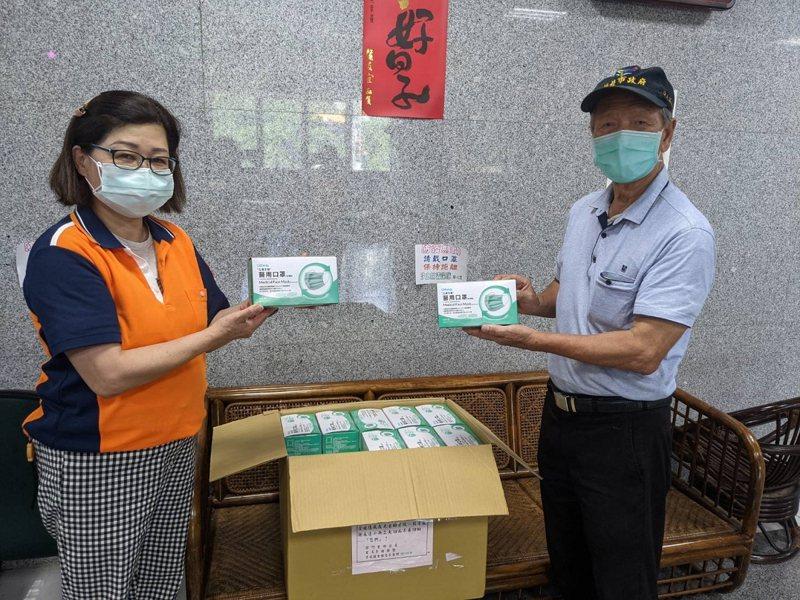 汐止禮門里黃金資收站這次用回饋金再度買了一些防疫物資,送了2000個口罩給汐止清潔隊。 圖/觀天下有線電視提供