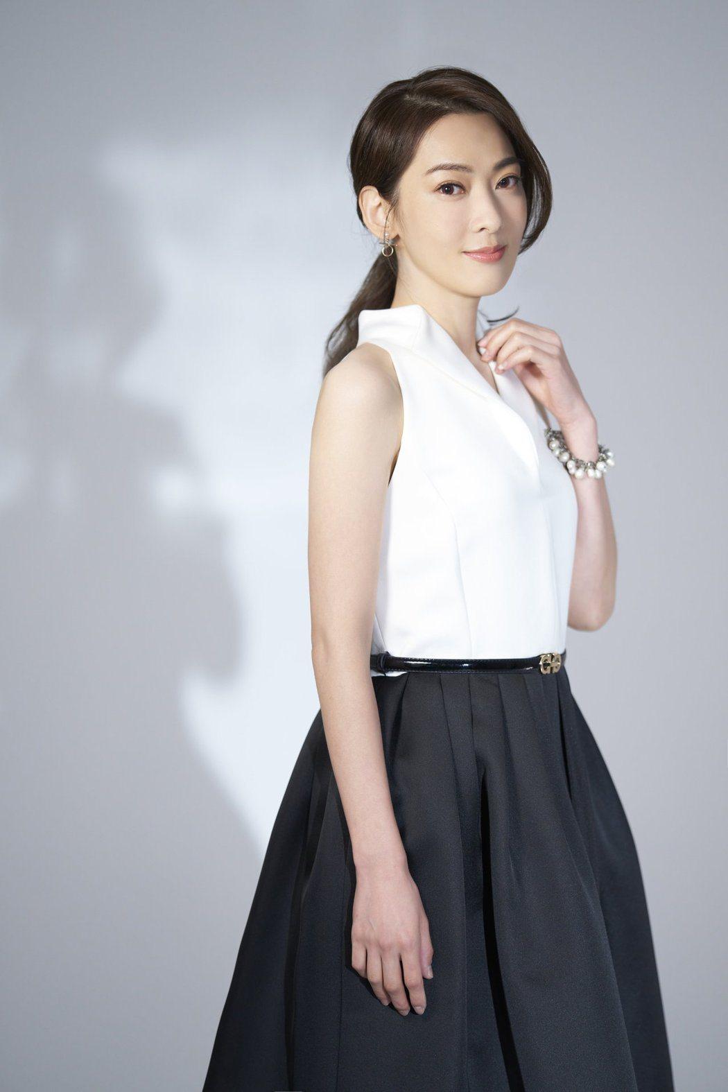 陳淑萍總帶著淺淺笑容,被粉絲讚是「仙氣歌姬」。圖/豪記唱片提供