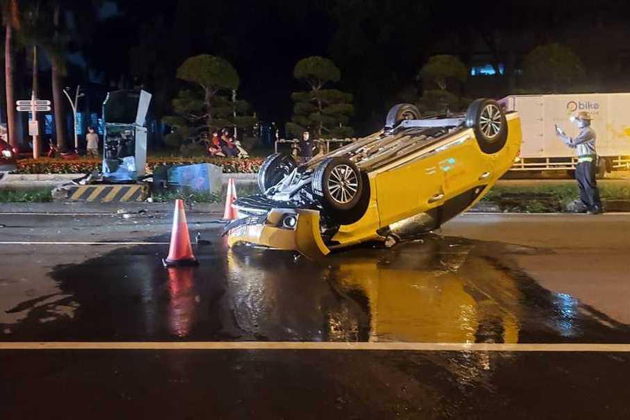 「碰」屏東計程車撞安全島變電箱害停電 駕駛不見了
