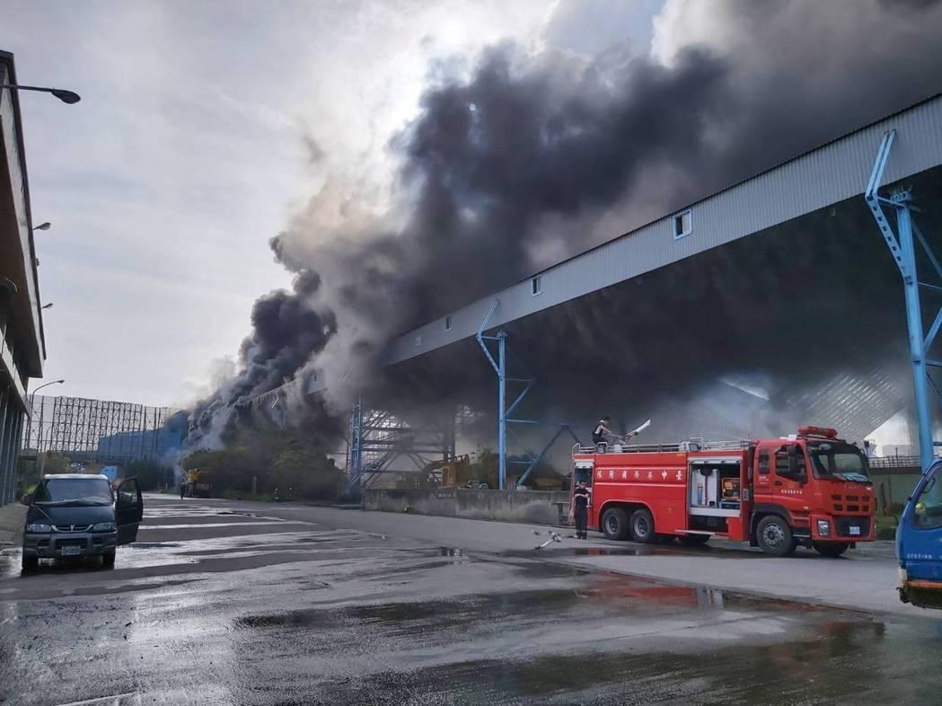台電台中火力發電廠運煤皮帶失火,消防員獲報到場灌救。圖/讀者提供
