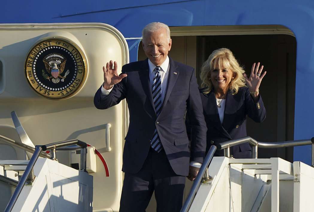 美國總統拜登與夫人9日抵達英國,準備參加七大工業國(G7)會議。  美聯社