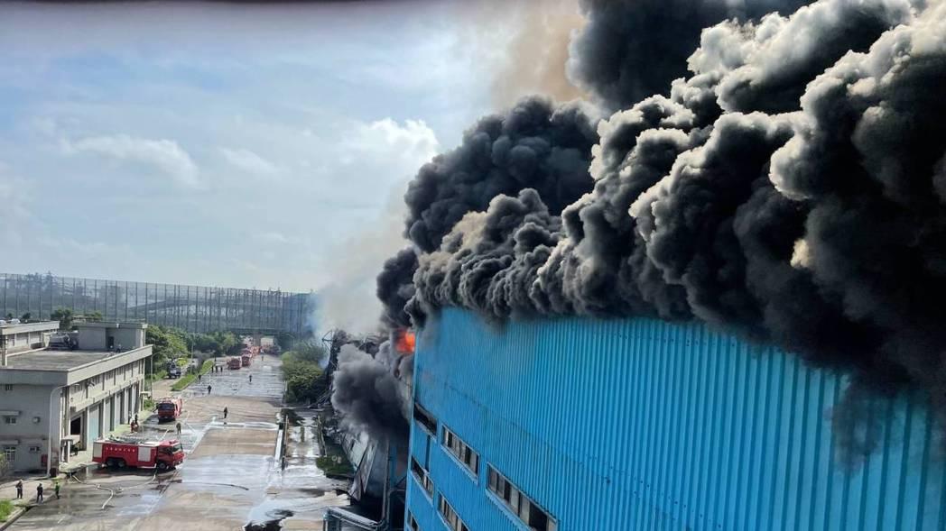台電台中火力發電廠輸煤轉運塔運煤皮帶在今天上午7時3分失火,整座高約十公尺的運煤...