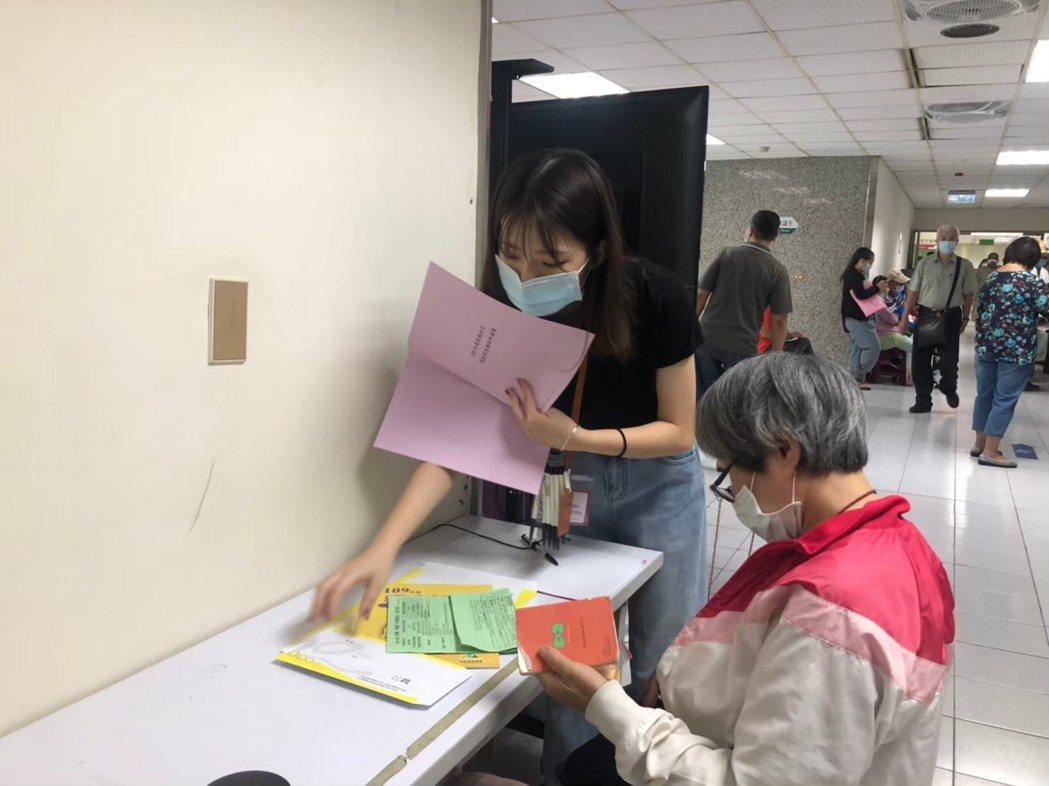 疫高雄市青年局推出「大專青年學生公部門暑期工讀計畫」,提供多達418工讀名額,弱...