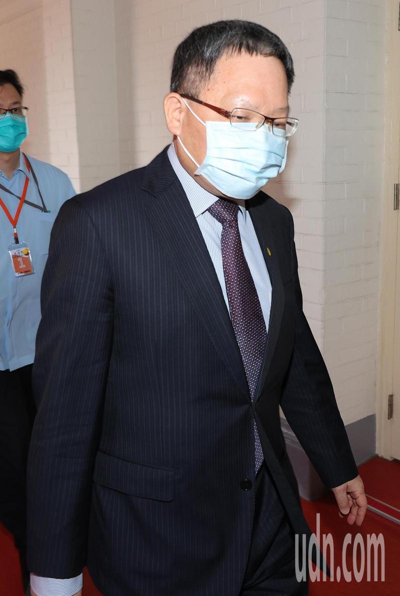 財政部長蘇建榮今天出席立法院聯席會議,對於六月中開放臨櫃報稅的決定表示會做滾動式檢討。記者潘俊宏/攝影