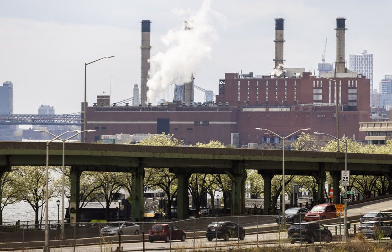 科學基礎減量目標倡議組織的研究顯示,G7主要股市指數的成分股公司現有的減排目標意味全球升溫將近3°C。圖為美國紐約一座火力發電廠。歐新社