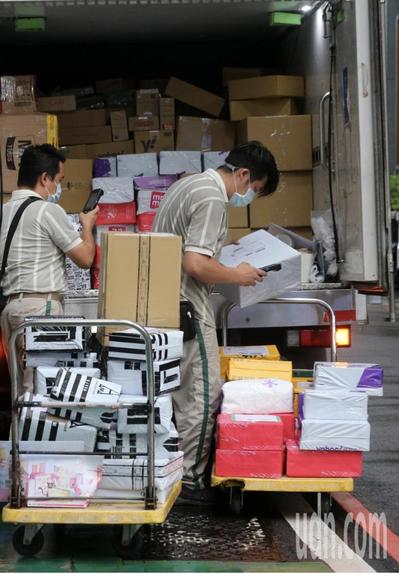 三級警戒延長至6月28日,許多行業面臨嚴峻考驗,只有物流業忙到不可開交。 本報資...