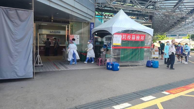因國軍台中總醫院的護理師確診新冠肺炎,台中市警局交大今早安排同仁前往醫院快篩。圖/讀者提供