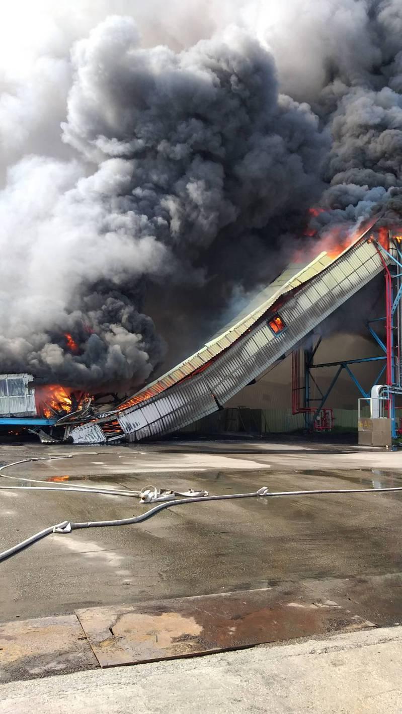 台電中火長約百米的輸煤傳送帶在今天上午7時3分火警,陷入火海,港區及鄰近消防隊前往灌救。圖/台中港務消防隊提供