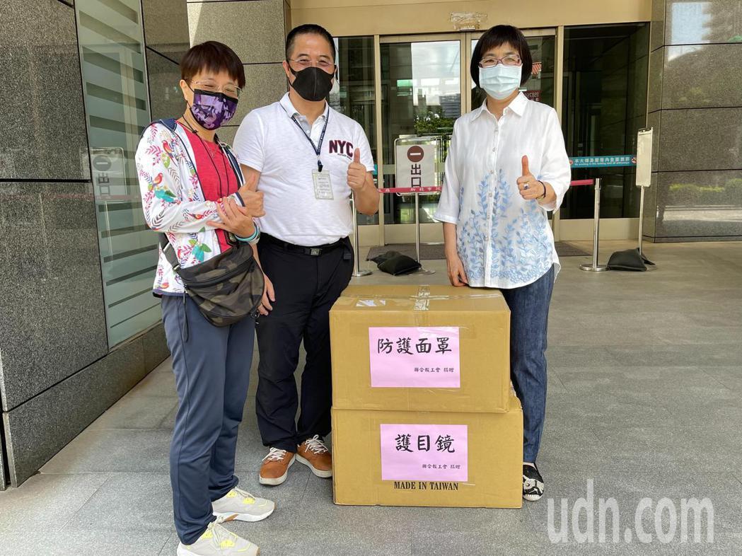 聯合報工會理事長楊金嚴(中)、總幹事吳佩玲(右)捐贈200個防護面罩、150個護...
