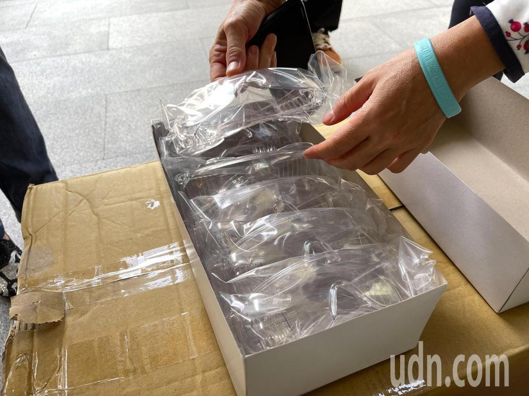 聯合報工會今捐贈200個防護面罩、150個護目鏡給新北社會局。記者王敏旭/攝影