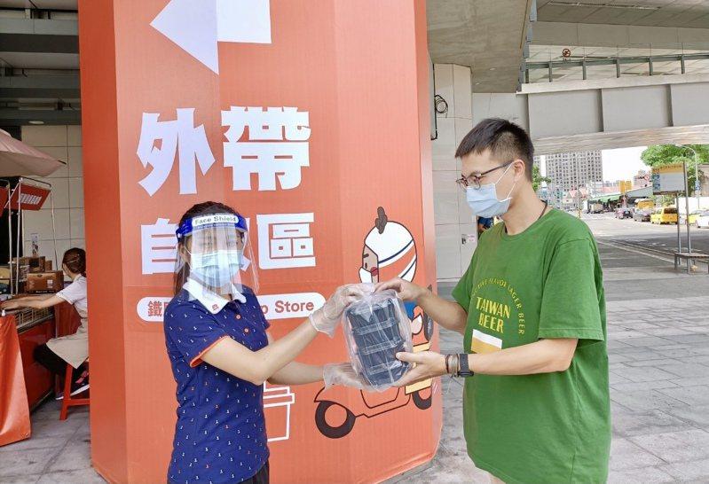 「鐵鹿大街」結合商場各商家推出「外送一條龍」跨店購服務。台中驛鐵道文化園區提供