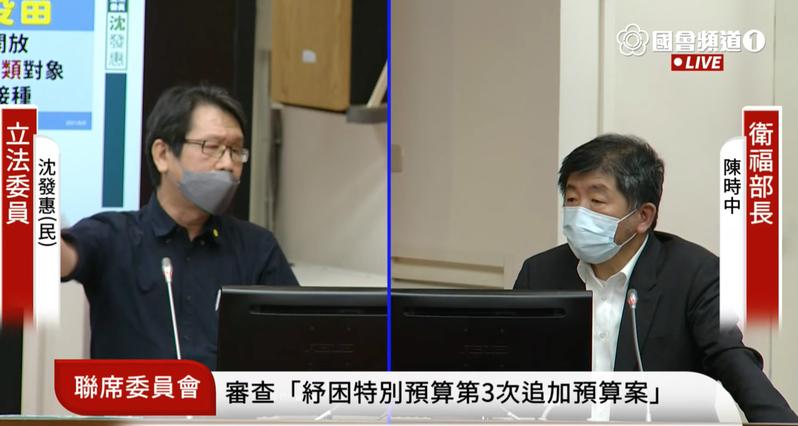 民進黨立委沈發惠批評台北市長柯文哲未對疫苗施打強力把關,講到激動處,口罩都滑落了。圖/取自國會頻道