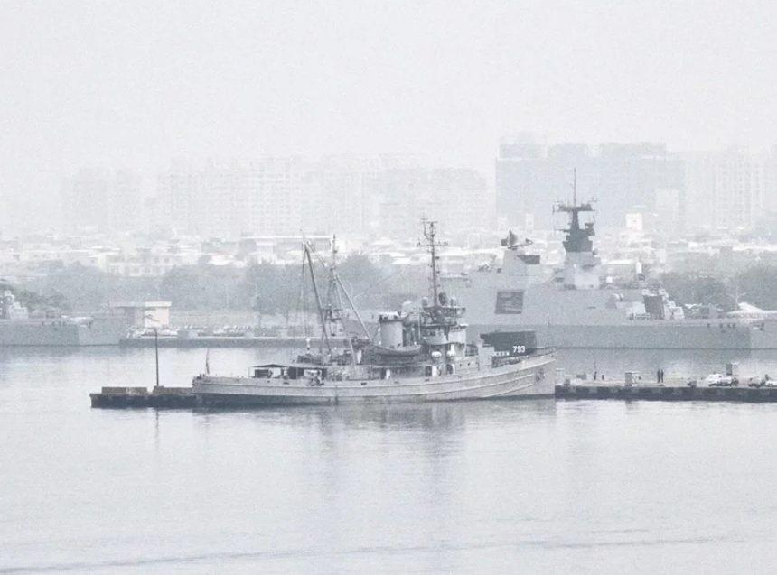 左營軍港不但單一航道、出口有淺灘,大型軍艦停泊席位也有限,還有多處結構性損壞。記...