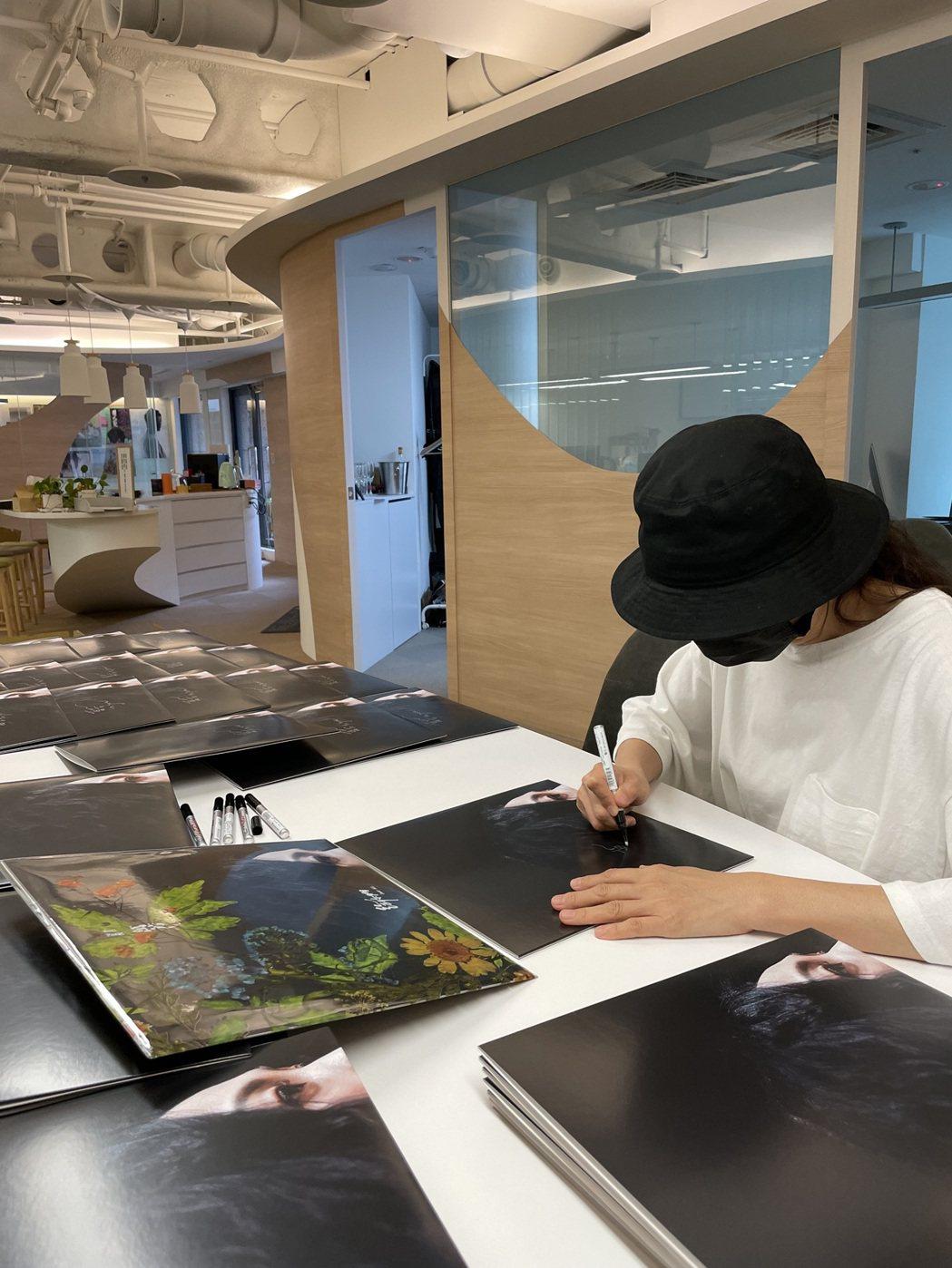 萬芳做足防疫措施,進公司為「給你們Dear All」典藏黑膠版本簽名。圖/何樂音...