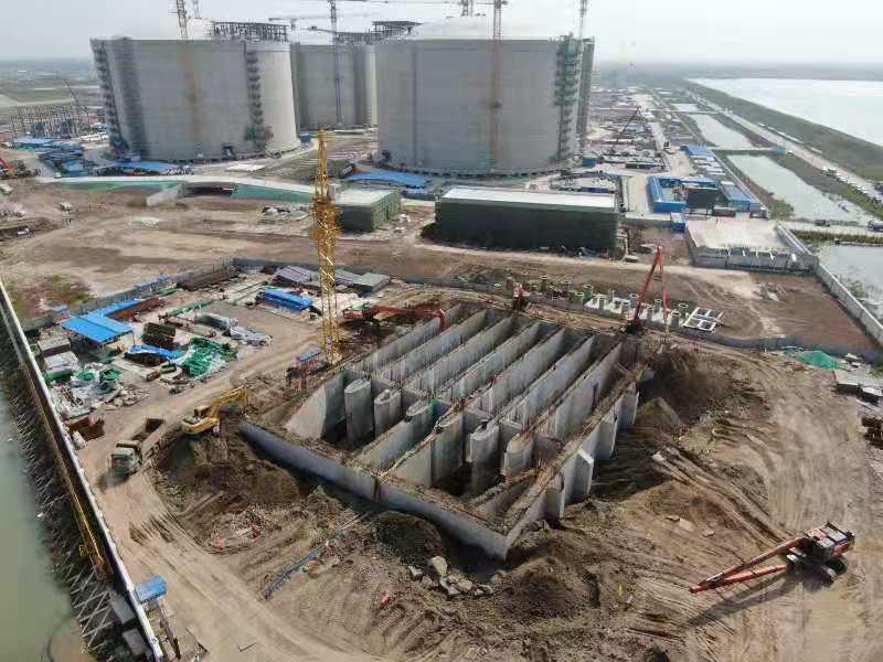 江蘇鹽城濱海港工業園區9日開工建造全球最大LNG(液化天然氣)儲氣槽。圖源:澎湃...