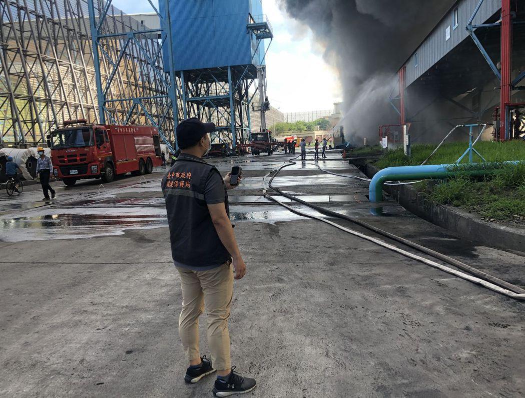 台電中火長約百米的輸煤傳送帶在今天上午7時3分火警,陷入火海,台中市環保局稽查大...