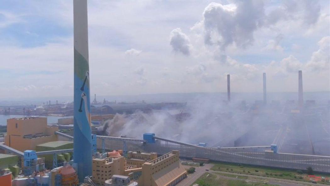 台電中火長約百米的輸煤傳送帶在今天上午7時3分火警,陷入火海,港區及鄰近消防隊前...