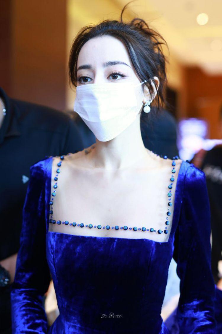 迪麗熱巴日前出席騰訊舉辦的活動,穿上寶藍色天鵝絨禮服展現優雅貴氣風,宛如公主的浪...
