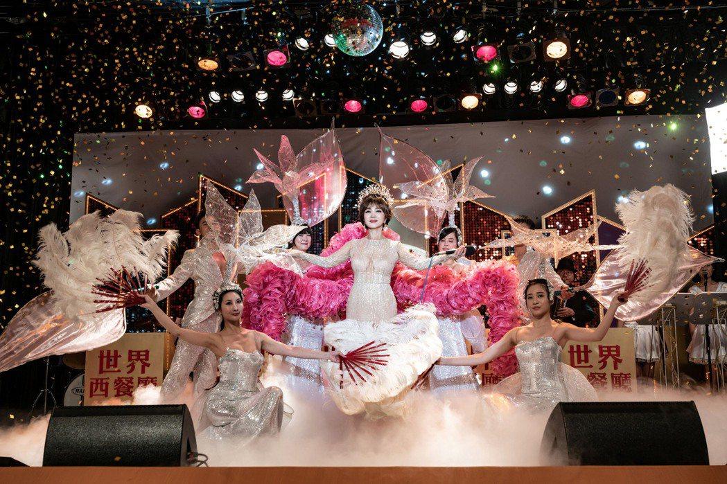 「黃金歲月」重現當年秀場風華,陳美鳳獻出經典歌廳秀表演。圖/民視提供