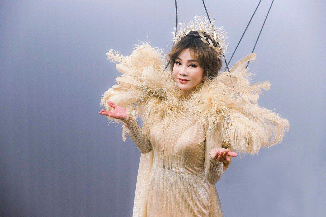 陳美鳳吊鋼絲重現大型歌舞秀。圖/民視提供