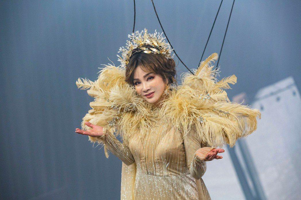 陳美鳳為「黃金歲月」開場戲,吊鋼絲重現秀場豪華歌舞秀。圖/民視提供