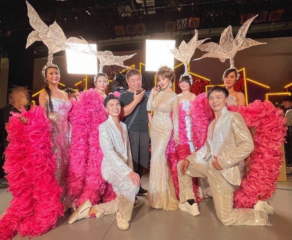陳美鳳感謝編舞小朱老師以及舞者陪她一起完成大秀。圖/民視提供