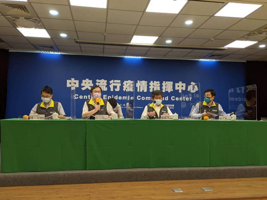 中央流行疫情指揮中心下午2時舉行記者會,由左到右為醫療應變組副組長羅一鈞、發言人...