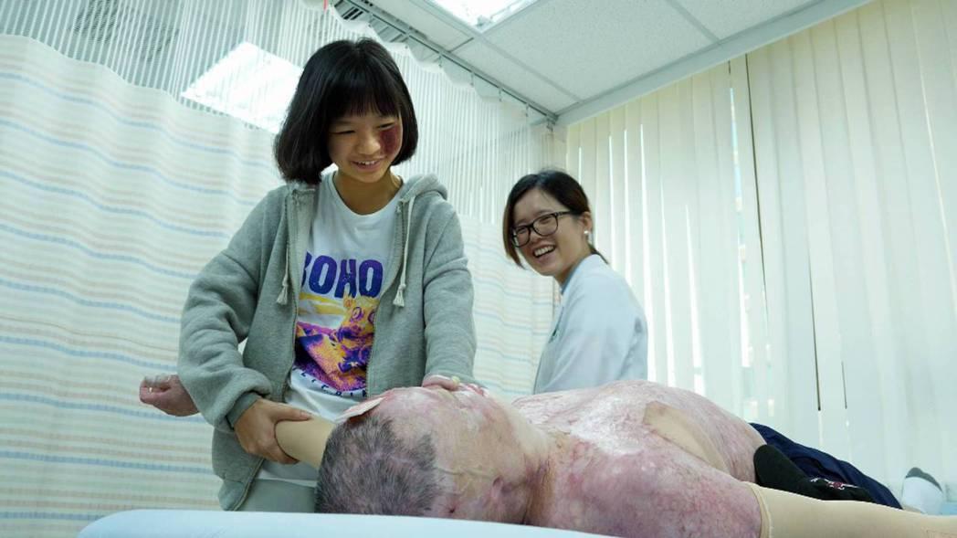 「練習生,衝一波!」柯蓉蓉幫陽光傷友魏銘傳做傷疤按摩。圖/客家電視提供