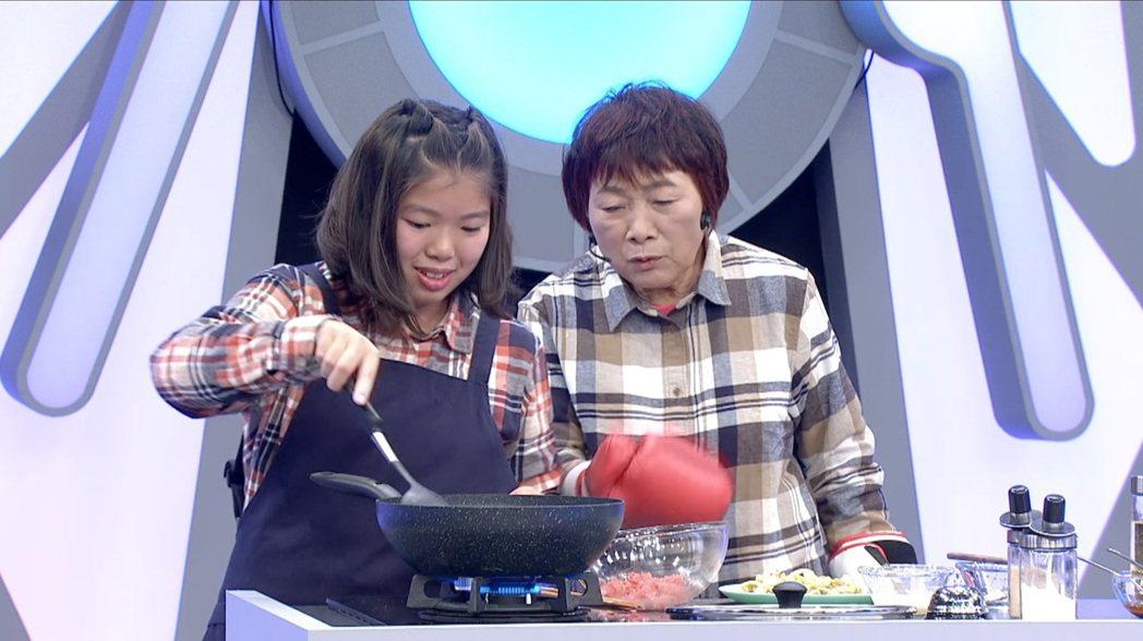 「阿公阿婆神救援」節目讓孩子向祖父母學習家常菜。圖/客家電視提供