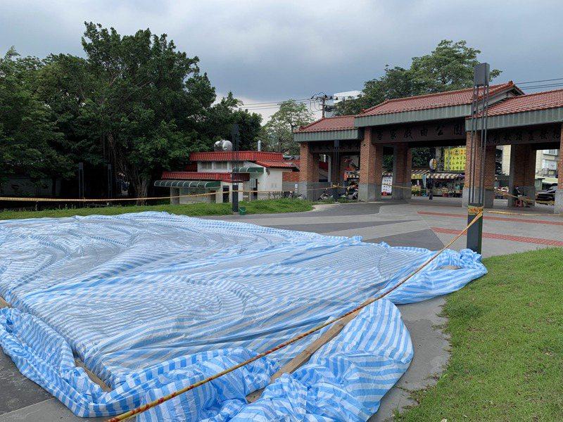 竹東客家戲曲公園被封鎖線圍起,還可見原本裝飾地面被澆灌上一層水泥及鋪設防水帆布。記者巫鴻瑋/攝影