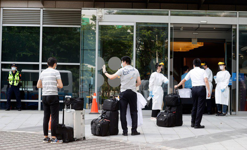 華航76名機組員尚未完成14天檢疫就返回諾富特,據了解,相關單位全被蒙在鼓裡。圖為5月22日諾富特飯店恢復營運情形。圖/聯合報系資料照片