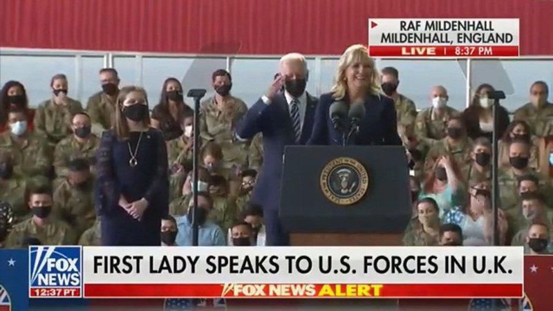 美国总统拜登伉俪为参加G7峰会,9日飞抵英国,随即向美军官兵发表讲话。当吉儿.拜登就要开讲时,拜登自己却还在慢吞吞地转身,让第一夫人板着脸「训斥」总统专心,引发一片笑声。图/Fox News(photo:UDN)