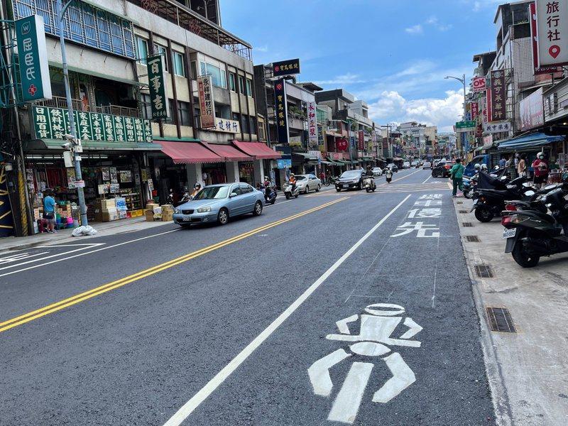 金山區中山路銑鋪改善,增機慢車優先道改善機汽車爭道。圖/金山區公所提供