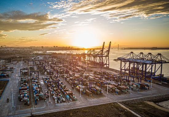 海南洋浦經濟開發區的洋浦國際集裝箱碼頭。圖源:新華社