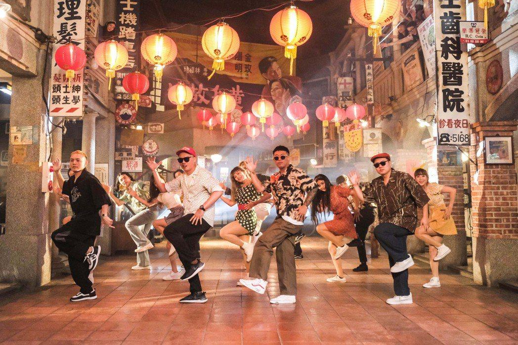陳布朗(左二)和玖壹壹在新歌「恰查某」MV大跳恰恰舞步。圖/相信音樂提供