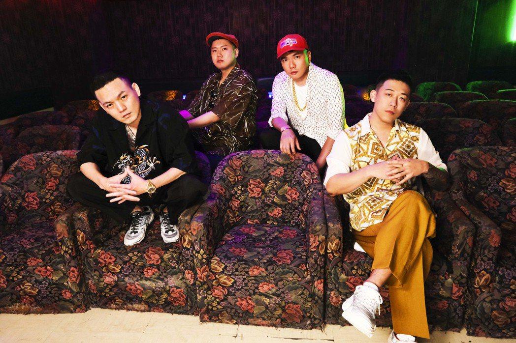 陳布朗(右二)跟認識10年的玖壹壹合作新歌「恰查某」。圖/相信音樂提供