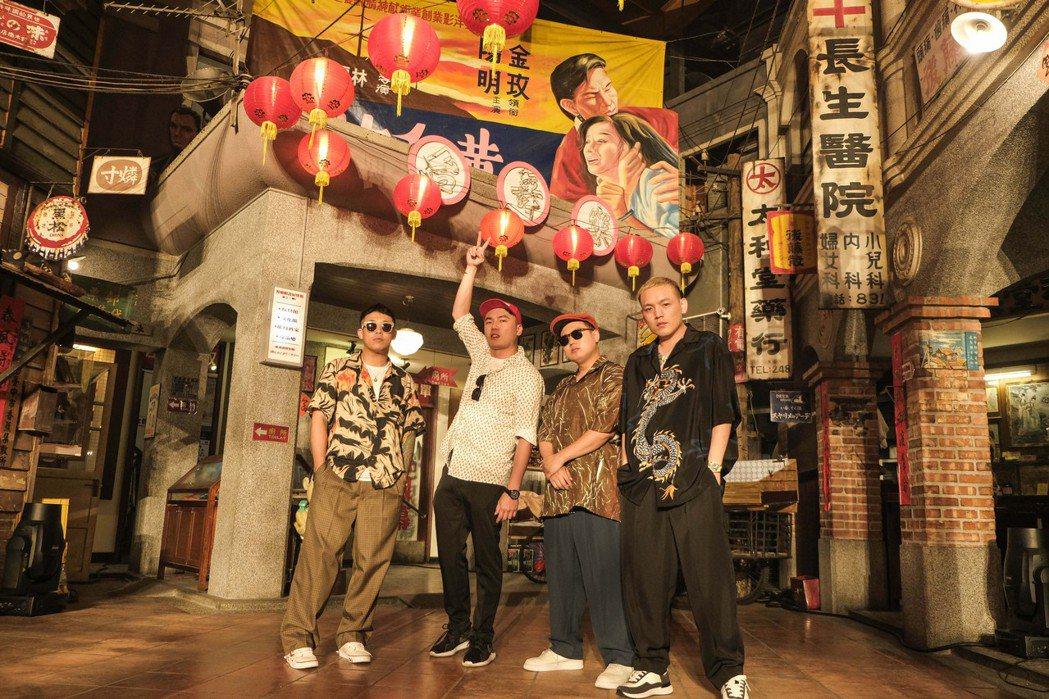 陳布朗(左二)跟玖壹壹在5月初碰頭拍攝「恰查某」MV。圖/相信音樂提供