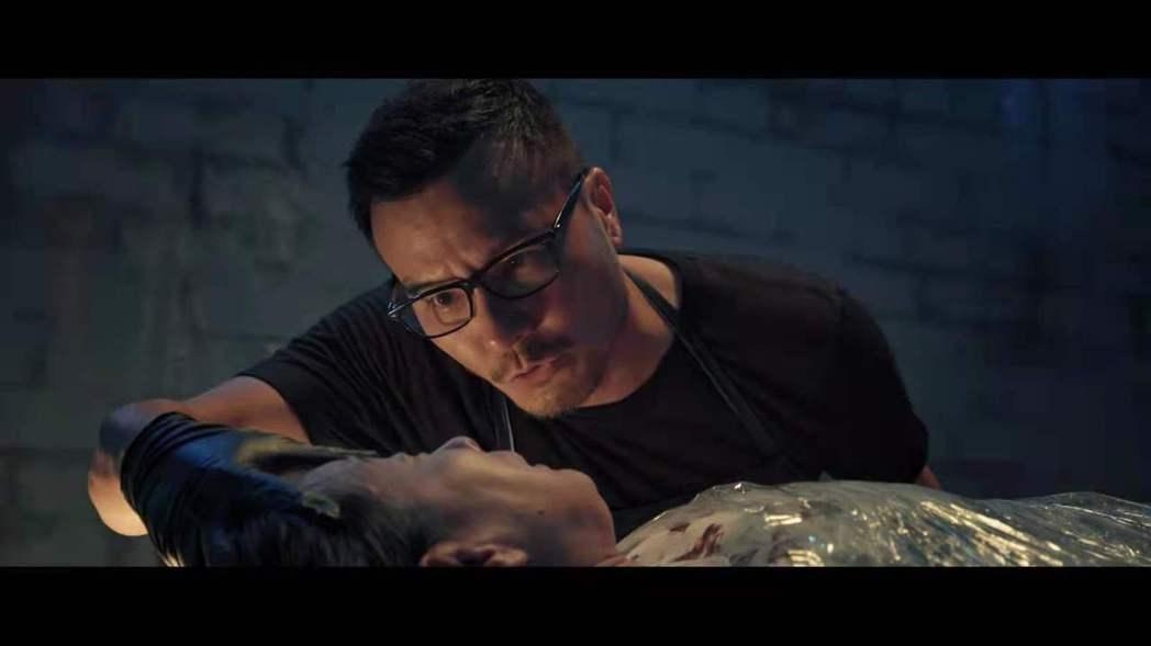 李銘忠在「心眼」劇中飾演一個表面正義凜然法醫,暗地裡卻是變態殺人魔。圖/凱渥提供