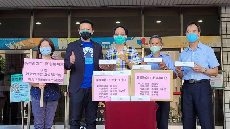 市議員陳偉杰今天捐贈1000份「新冠病毒抗原快篩試劑」給新北市衛生局,陳偉杰表示,這是呼應市府擴大篩檢政策,期待盡速控制疫情。圖/市議員陳偉杰提供