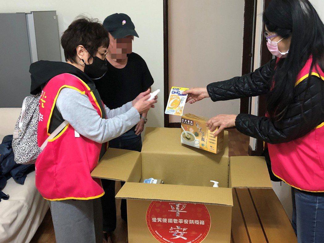協會幫忙分送物資。圖/台灣優質生命協會提供