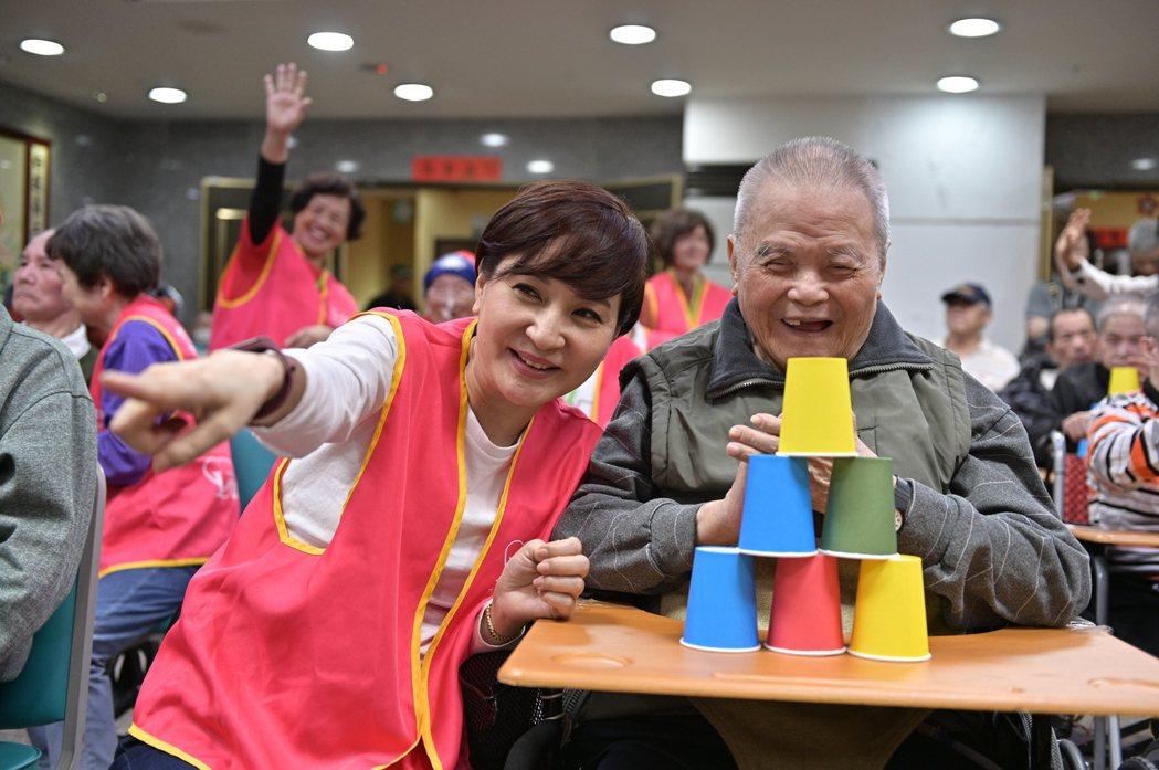 方芳芳相當關懷弱勢長輩。圖/台灣優質生命協會提供