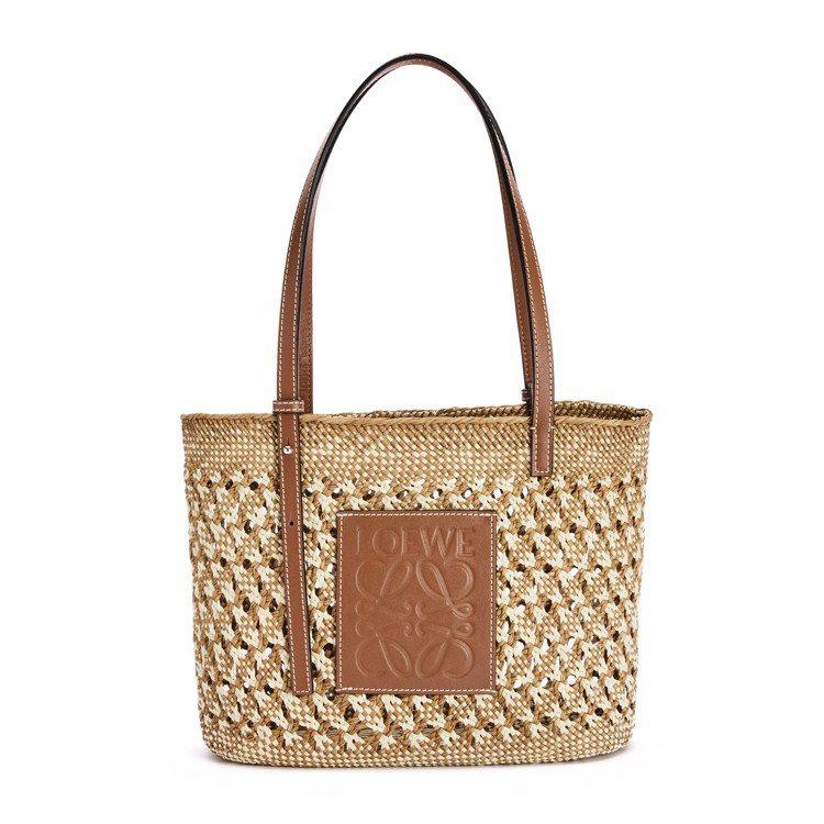 米焦糖色蜂巢紋棕櫚纖維方形織籃,22,000元。圖/LOEWE提供