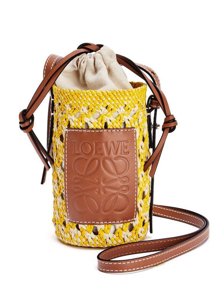 黃色Iraca棕櫚纖維拼小牛皮圓筒形斜背包,18,000元。圖/LOEWE提供