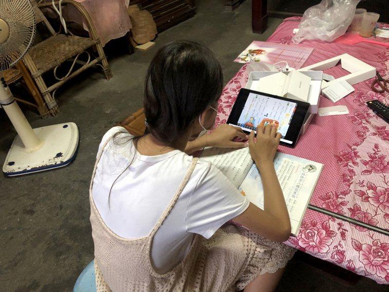 台灣世界展望會國內事工團隊即針對服務兒少及家庭,利用遠距或電話訪視,進行關切與需...