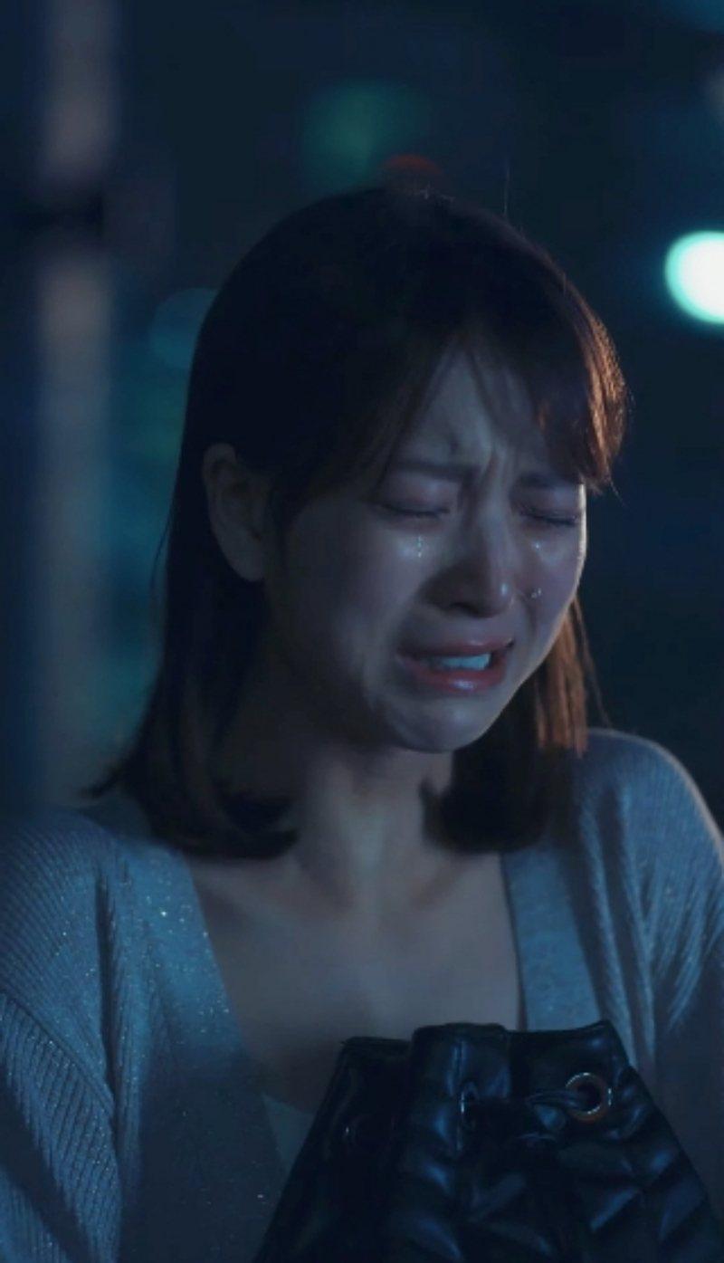 項婕如在雨中爆哭。圖/擷取自《愛的奧特萊斯》預告