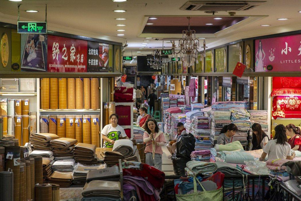 大陸4月零售銷售成長17.7%,不如預期。彭博資訊