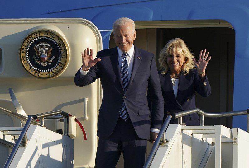 美國總統拜登與夫人9日抵達英國,準備參加七大工業國(G7)會議。美聯社